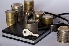 Externe harde aandrijving met een hangslot en een sleutel royalty-vrije stock foto's