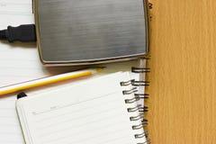 Externe harte Platte und Notizbuch. stockfotos