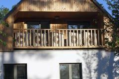Externe Klimaanlagen im Holzhaus lizenzfreie stockfotos