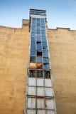 Externe liftschacht met gebroken glassegmenten Stock Afbeeldingen