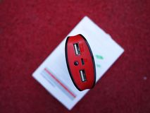 Externe machtsbank voor het laden smartphones en andere apparaten Dien om de batterij aanvulling stock foto's