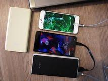 Externe machtsbank voor het laden smartphones en andere apparaten Dien om de batterij aanvulling royalty-vrije stock afbeelding