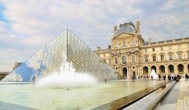 Externe mening van het Louvremuseum (Musee du Louvre) Royalty-vrije Stock Foto