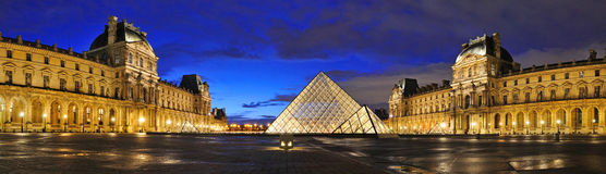 Externer Nachtpanoramablick des Louvre-Museums (Musee du Louvre) Stockfotos