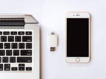 Externer Speicher zwischen mit iPhone und Macbook Stockbild