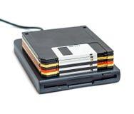 Externes Diskettenlaufwerk usb mit den Scheiben lokalisiert Stockbilder