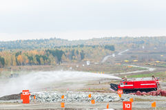Extinción de incendios directa del vehículo MPT-521 en la acción Imagen de archivo libre de regalías