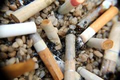 Extinga los cigarrillos en piedras Fotos de archivo
