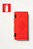 Extintor (灭火器箱子)在墙壁 免版税库存照片