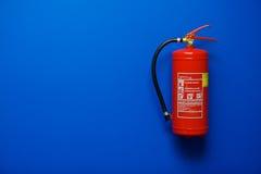 Extintor de incêndio no azul foto de stock royalty free