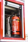 Extintor de un coche de bomberos en una demostración contraincendios fotos de archivo libres de regalías