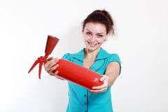 Extintor del control de la mujer fotografía de archivo libre de regalías