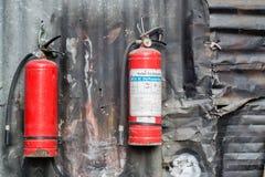 Extintor en la pared acanalada Fotografía de archivo libre de regalías