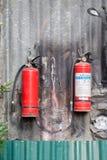 Extintor en la pared acanalada Imagen de archivo
