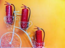 Extintor na parede amarela Imagem de Stock