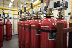 Extintores gigantes do argônio em uma cremalheira em um ro do servidor de computador Fotografia de Stock