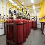 Extintores gigantes do argônio em uma cremalheira em um ro do servidor de computador Imagens de Stock
