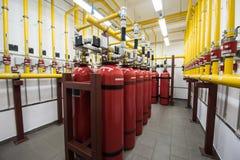 Extintores gigantes do argônio em uma cremalheira em um ro do servidor de computador Foto de Stock