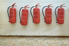Extintores na parede Foto de Stock
