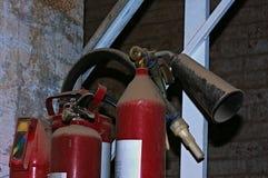 Extintores rojos hombre que controla el extintor Foto de archivo