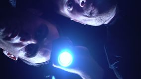 Extortionists die zak met losgeld, politie controleren vangt hen in handeling, hinderlaag stock videobeelden