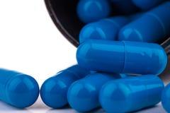 Extrémité étroite des capsules bleues génériques de médecine de supplément Photographie stock libre de droits
