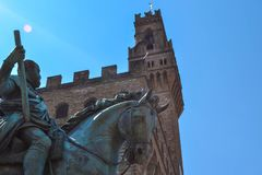 Extrémité étroite du monument équestre de Cosimo I avec le copain photos libres de droits