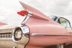 Extrémité arrière d'une voiture classique rose de Cadillac photographie stock libre de droits