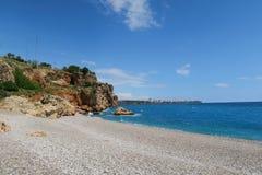 Extrémité de plage de Konyaalti dans l'est aux falaises Photos stock