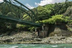 Extrémité de pont en train le long de rivière de Hozugawa photo stock