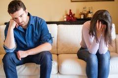 Extrémité de relations et amie pleurante sur le sofa Photographie stock libre de droits