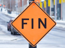 Extrémité de roadsign de travail en français le ` de travaux de ` panneau de fin de en français à Montréal, Québec Photographie stock libre de droits