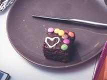 Extrémité du repas, reste de gâteau fait maison avec un coeur dans la décoration Photographie stock libre de droits