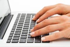Extrémité proche vers le haut des mains sur le clavier. photo stock