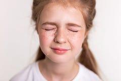 Extrêmement jolie petite fille de renversement clôturant ses yeux et pleurer photos stock