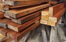 Extr?mit?s de fond des conseils Les extr?mit?s du bois de charpente Extr?mit?s de pin Fond en bois Texture en bois images stock