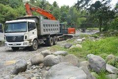 Extração da areia e do cascalho em Bansalan, Davao del Sur, Filipinas fotos de stock royalty free