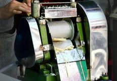 Extração de açúcar do processo pela máquina de aço do esmagamento imagens de stock