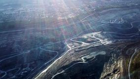 Extração de carvão em um poço aberto Vista superior da pedreira Escavadoras e caminhões no local de construções na vista aérea su vídeos de arquivo