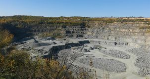 Extração de materiais úteis, um panorama de uma grande carreira do minério de ferro, trabalho em uma grande carreira, indústria p filme