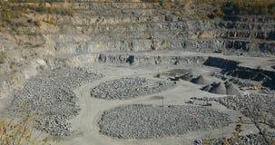 Extração de materiais úteis, um panorama de uma grande carreira do minério de ferro, trabalho em uma grande carreira, indústria p video estoque
