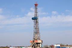 Extração do gás do equipamento de perfuração para a exploração do petróleo da terra fotografia de stock