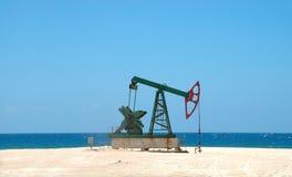 Extração do petróleo no solo cubano fotos de stock royalty free