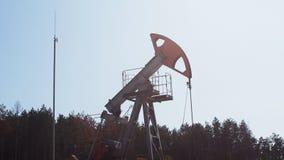 Extração do petróleo pela bomba Jack em um poço de petróleo em Rússia filme
