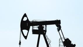 Extração do petróleo pela bomba velha Jack em um poço de petróleo, isolada vídeos de arquivo