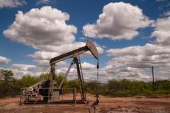 Extração do recurso natural do equipamento de Fracking da bomba de óleo de Pumpjack fotografia de stock royalty free