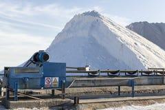 Extração do sal em uma mina à terra Imagem de Stock Royalty Free
