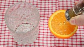 Extração do suco das laranjas Fotografia de Stock