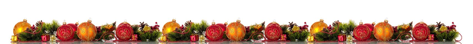 Extra brede Kerstmisgrens Multicolored ballen, pijnboomtakken en kegels, giften op wit worden geïsoleerd dat stock foto's
