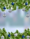 extra ferie för kortformat Gröna granfilialer med silver- och blåttbollar i den verkliga bakgrunden ner upp ekologiskt trä för ju royaltyfri illustrationer